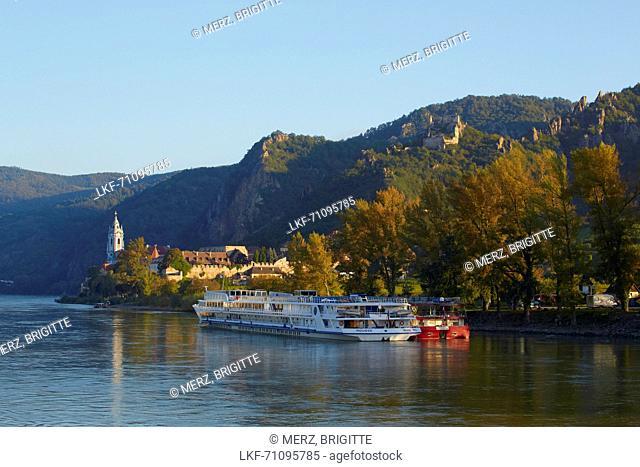 View at D³rnstein with Collegiate Church and castle , Wachau , River Danube , Nieder÷sterreich , Lower Austria , Austria , Europe