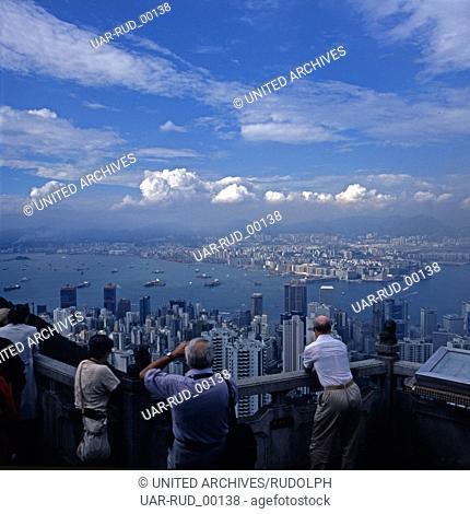 Touristen fotografieren die Stadt Hongkong von einer Aussichtsplattform, Anfang 1980er Jahre. Tourists taking photos of the city of Hong Kong from a viewing...