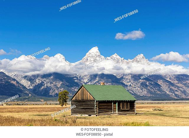 USA, Wyoming, Grand Teton National Park, Jackson Hole, log cabin with Cathedral Group