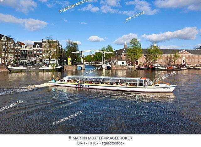 Tourist boat in front of the Walter Suskind Brug drawbridge, Herengracht, Amsterdam, Holland, Netherlands, Europe