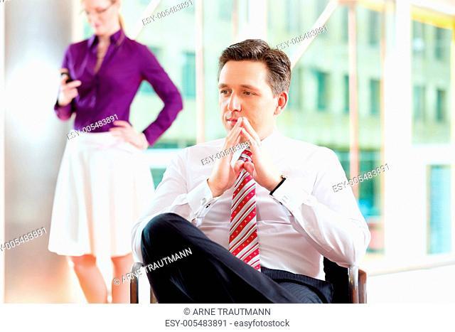 Business - Chef und Sekretärin in Büro