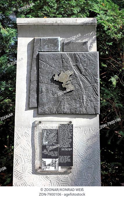 In Warschau markieren 22 Gedenk-Stelen den einstigen Verlauf der Ghettomauer. Das Warschauer Ghetto wurde 1940 von den deutschen Besatzern errichtet