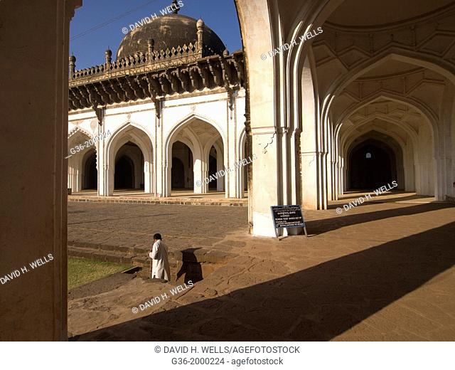 Jama Masjid (Congregational Mosque) built by Ali Adil Shah I in 1578, in Bijapur, Karntaaka, India