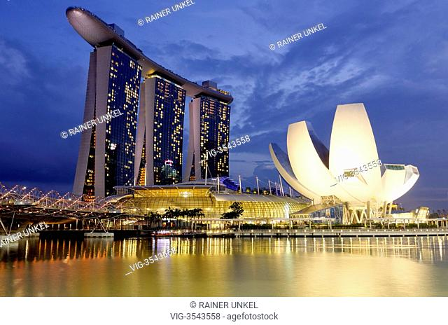 SGP, Singapore : Marina Bay Sands Hotel , at right the Art Science museum - Singapore, Singapore, 09/02/2013