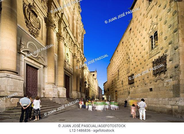 Compañía Street with the Clerecía and Casa de las Conchas, Salamanca, Castilla y León, Spain