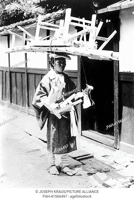 Female pilgrim transporting her bed on the head. Pictured in the early 1920th. - /Japan