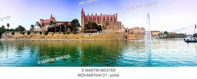 Spain, Balearic Islands, Mallorca, Palma, View of La Seu Cathedral, Panorama