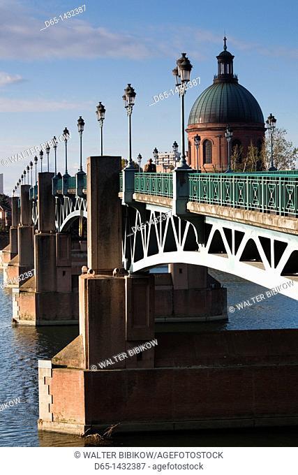 France, Midi-Pyrenees Region, Haute-Garonne Department, Toulouse, dome of the Hopital de la Grave and the Pont St-Pierre bridge, morning