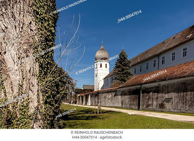 Der freistehende Glockenturm des Klosters Frauenwörth, es ist Wallfahrtsort für die selige Irmengard, die Schutzpatronin des Chiemgaus