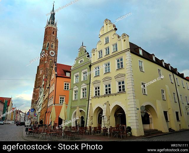 sanierte und restaurierte historische Altstadt Landshut - Stiftsbasilika Sankt Martin, Bayern, Deutschland