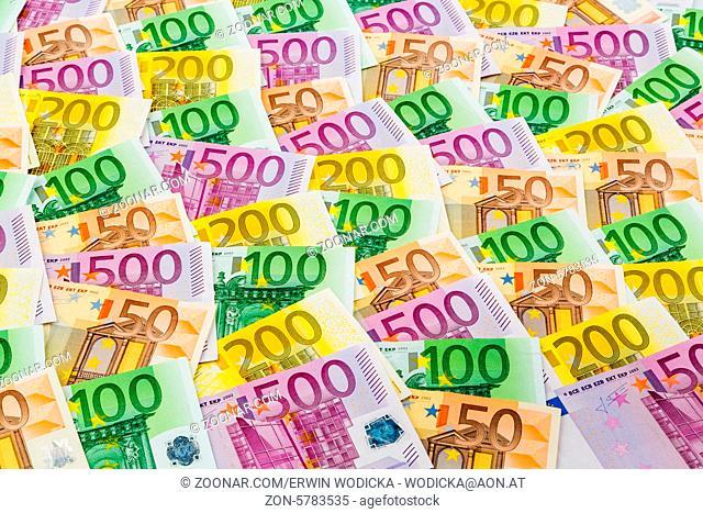Viele verschiedene Euro Geldscheine. Symbolfoto für Reichtum und Geldanlage