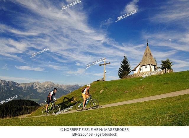 Mountain bikers at Kraftalm alp, Wilder Kaiser massif at back, Mt Hohe Salve, Kitzbuehel Alps, Tyrol, Austria, Europe