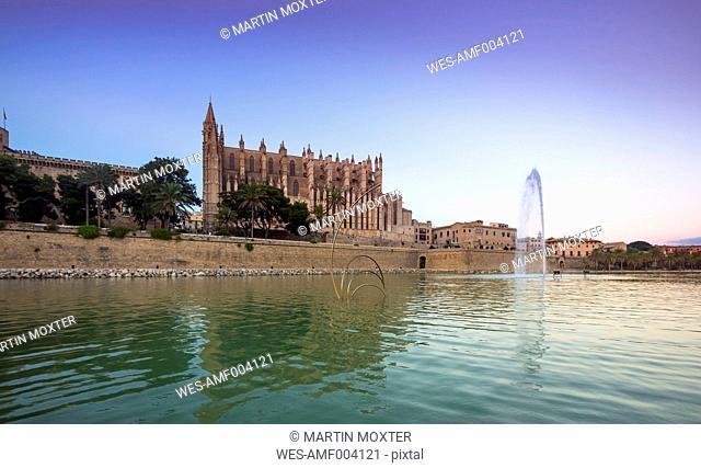 Spain, Mallorca, Palma, Fountain near La Seu cathedral and Palau de Almudaina