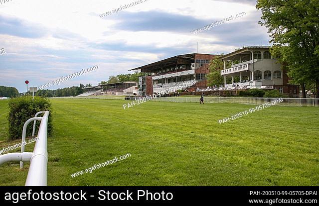 10 May 2020, Brandenburg, Berlin: Horse racing: Gallop, season opening of the Hoppegarten racecourse, first day of racing