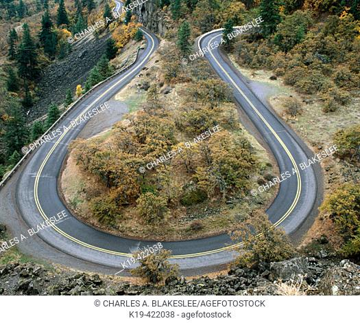 Rowena curves, Historic Columbia River Highway, Columbia River Gorge National Scenic Area. Wasco County, Oregon, USA