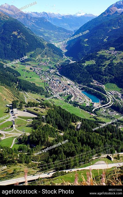 Blick vom Gotthardpass auf Airolo im Valle Leventina, Tessin, Schweiz