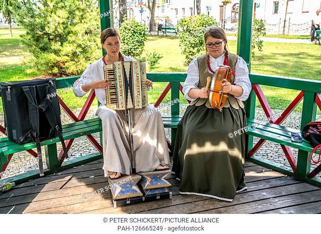 Folklore Gruppe in Tracht, Suwalki, Polen, Europa | folk group in traditional costumes, Suwalki, Poland, Europe | usage worldwide. - /Poland