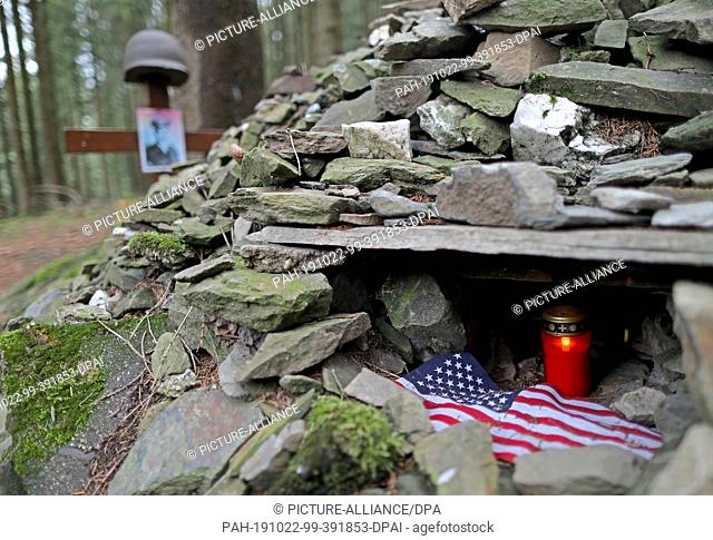 30 September 2019, North Rhine-Westphalia, Hürtgenwald: A light stands in a burial mound of a fallen, American soldier at the ox head in the forest