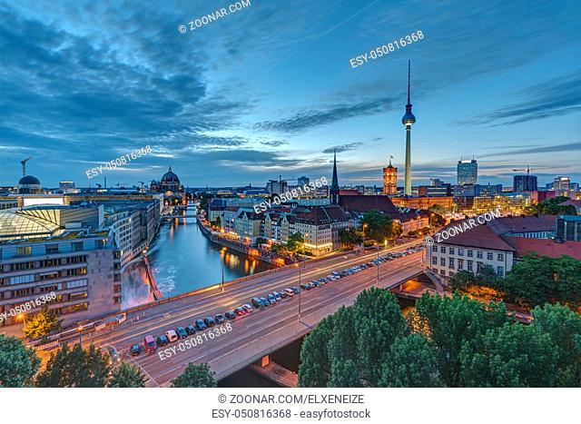 Die Berliner Innenstadt in der Abenddämmerung mit dem berühmten Fernsehturm im Hintergrund