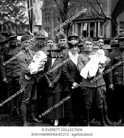 World War I, American soldiers back home with their wives and babies, 1919