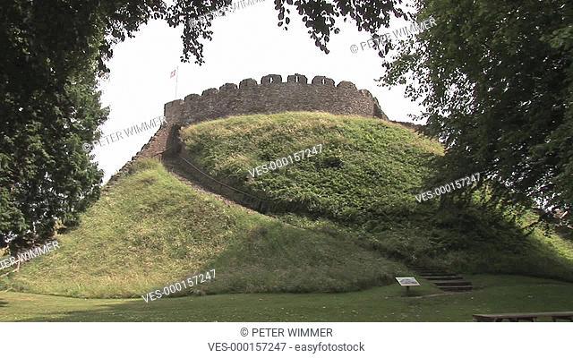 Normanische Burg des frühen 11. Jh. auf einem aufgeschichteten Hügel, ein Weg / Treppe führt hinauf. England