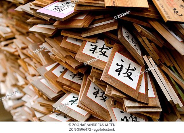 Nahaufnahme von Wunschtäfelchen an einem Tempel in Japan / Detail of Ema signs on a temple in Nara, Japan