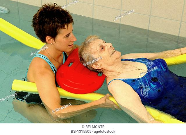 REHABILITATION, ELDERLY PERSON<BR>Photo essay.<BR>Balneotherapy session in retirement home. Muscle building to maintain mobility. Aquagym