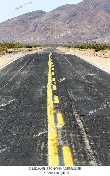 Heat haze on the Calico Road in the Californian desert, Barstow, California, USA