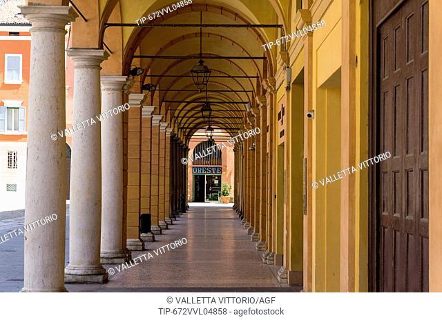Italy, Emilia Romagna, Modena, arcade in Piazza Roma
