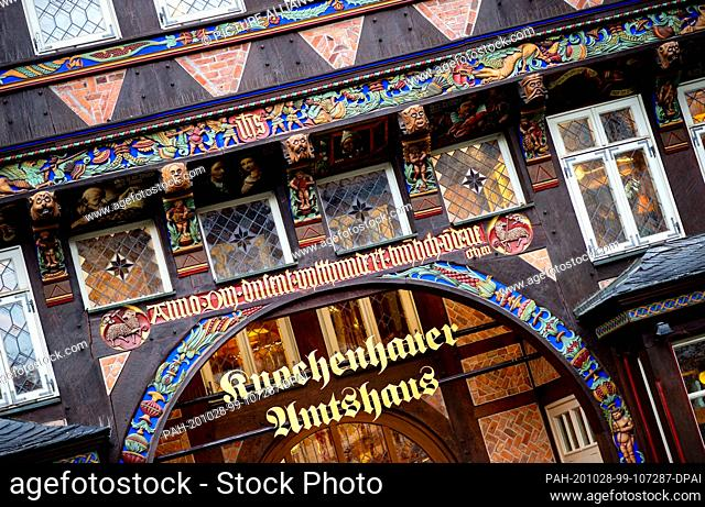 25 October 2020, Lower Saxony, Hildesheim: The historical bone-cutter's office building with numerous decorations on the gable stands on the market place in the...