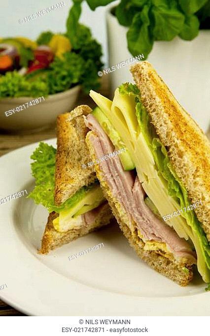 frisches leckeres club Sandwisch mit schinken und Käse auf eine
