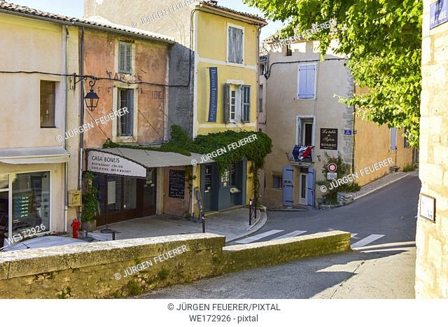 colourful houses of the village Bonnieux, Provence, France, massif of Luberon, region Provence-Alpes-Côte d'Azur