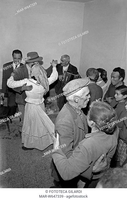 UMBRIA Ballo in osteria con suonatore di organetto, due coppie girano in -pista-, gli uomini portano il cappello, una ballerina indossa un lungo abito di foggia...