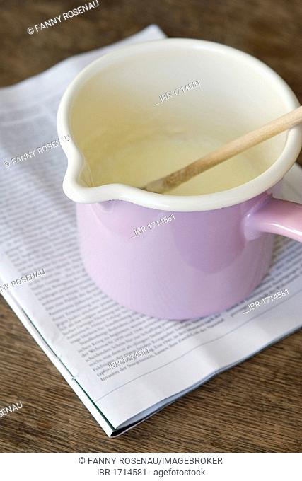 Semolina porridge in a pink pot