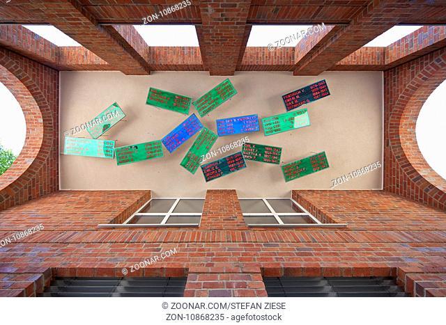 Kunstvoll gestaltete Gedenkstaette fuer Gladbecker Euthanasie-Opfer am Neuen Rathaus, Gladbeck, Ruhrgebiet, Nordrhein-Westfalen, Deutschland, Europa