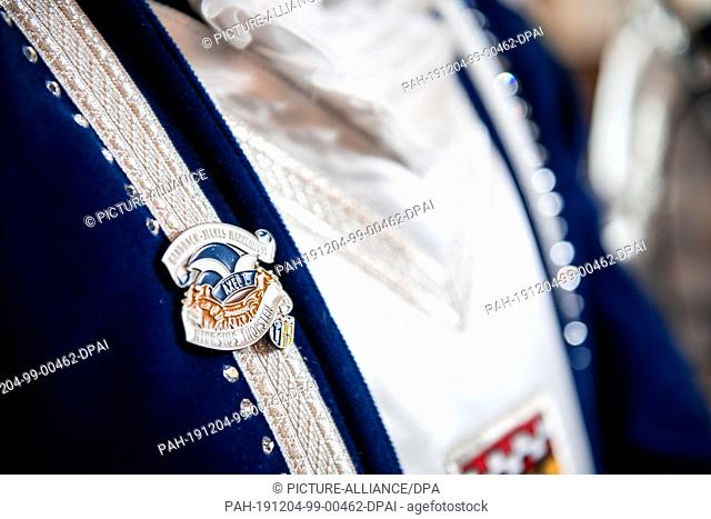 03 December 2019, North Rhine-Westphalia, Mönchengladbach: A pin shows the logo of the pair of princes. Portrait of the Prince and Princess Neumann and Ladleif...