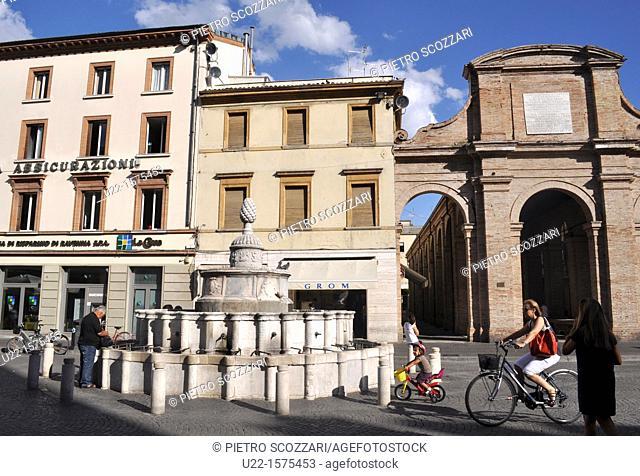Rimini (Italy): Piazza Cavour, with the old Pescheria (fish market, right) and the Fontana della Pigna (left)