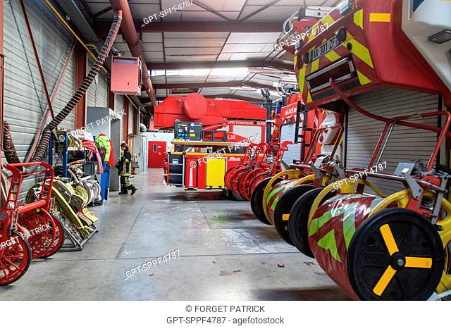 FIRE ENGINE GARAGE AT EMERGENCY SERVICES DEPARTMENT OF CHATEAUDUN, EURE-ET-LOIR (28)