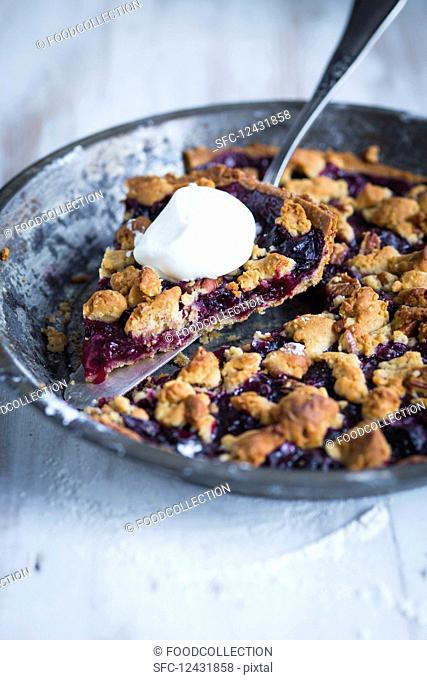 Blueberry tart with crunchy oatmeal and cream