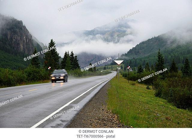USA, Colorado, SUV on Million Dollar Highway in San Juan Mountains