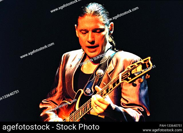 03.03.1993, Hamburg, the American blues, jazz and rock guitarist Robben Ford live on stage in the Hamburg factory. | usage worldwide