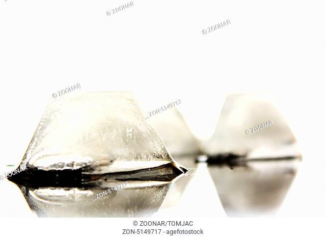 mehrere Eiswürfel in Form auf Untergrund ohne Hintergrund