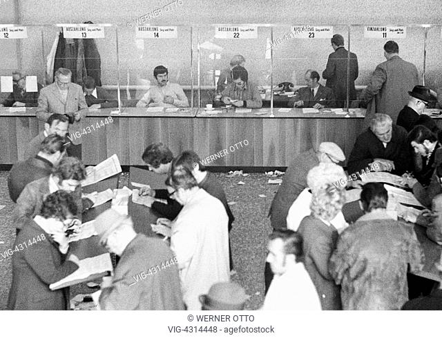 Seventies, black and white photo, sports, equestrianism, racecourse Dinslaken, trotting race 1973, horse-racing bet, bet counters