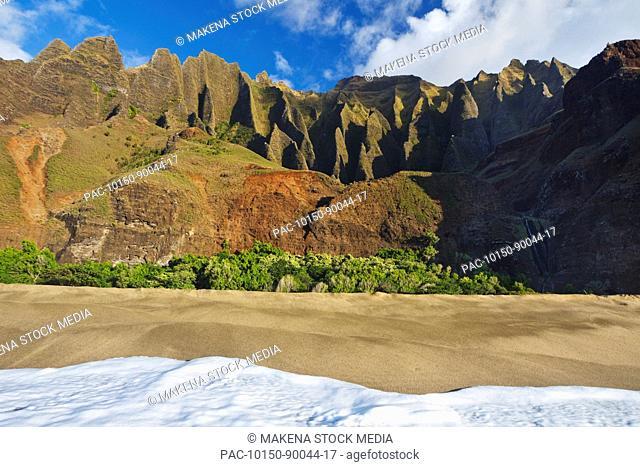 Hawaii, Kauai, Na Pali Coast, Kalalau Beach and beautiful mountain ridges