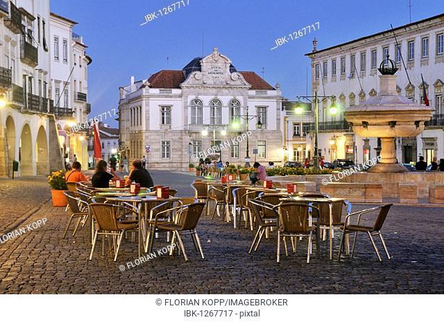 Outdoor cafe on the Praca do Giraldo square at night, Evora, UNESCO World Heritage Site, Alentejo, Portugal, Europe