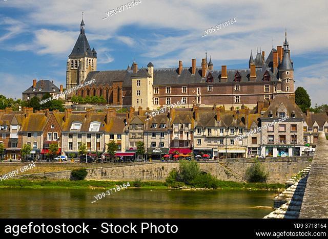 France, Loiret (45), Gien, La Loire river, old town and, Gien castle, viewed from old bridge also called Anne-de-Beaujeu bridge