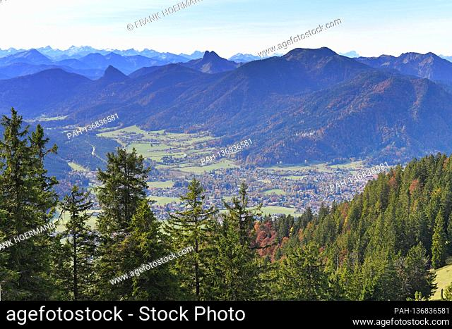 Golden October hike to the Baumgartenschneid. View into the Tegernsee valley with Rottach Egern on October 25th, 2020. Wonderful hiking weather attracts many...