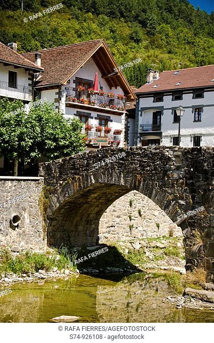 Puente medieval sobre el río Anduña en Ochagavía (Otsagabia), Valle de Salazar, Pirineo Navarro, Navarra, España