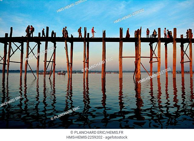 Myanmar (Burma), Mandalay division, Amarapura near Mandalay, the U-Bein bridge at sunset on the Taunghtaman lake