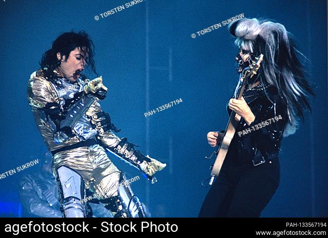 "13.06.1997, Kiel, Germany, Michael Jackson - King of Pop - with guitarist Jennifer Batten live and open air on the Nordmarksportfeld during his """"HIStory World..."